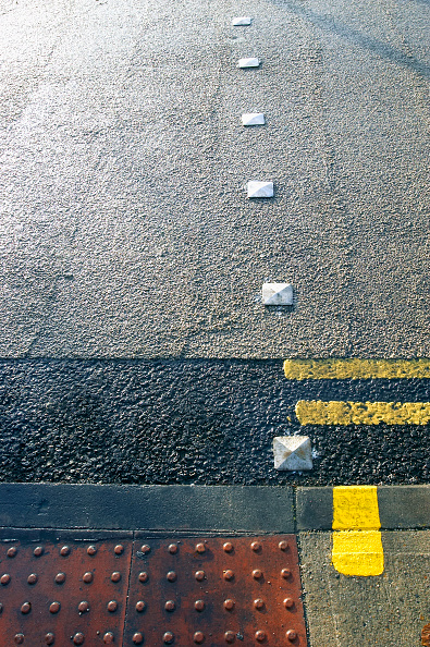 Dividing Line - Road Marking「Road marking with feature for blind people at pedestrian crossing. UK.」:写真・画像(11)[壁紙.com]