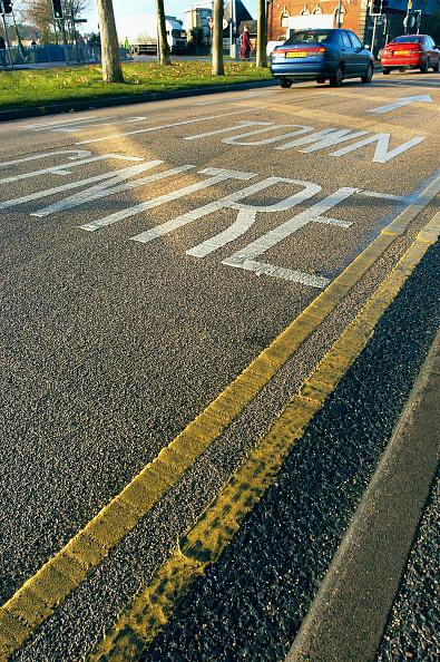 Dividing Line - Road Marking「Road marking on coloured asphalt, United Kingdom」:写真・画像(2)[壁紙.com]