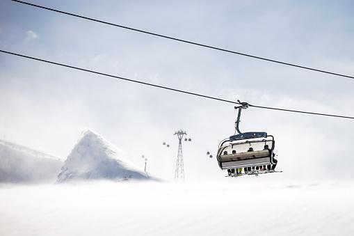 スキー「Four skiers sitting on a chairlift, Kitzsteinhorn, Salzburg, Austria」:スマホ壁紙(10)