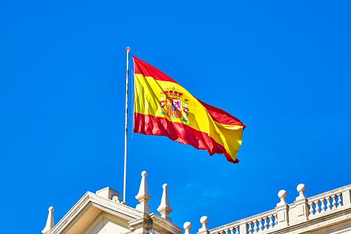 Patriotism「Flag of Spain on building roof, Spain」:スマホ壁紙(4)