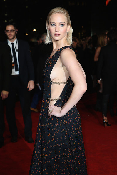 Two People「The Hunger Games: Mockingjay Part 2 - UK Premiere」:写真・画像(14)[壁紙.com]