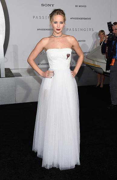 ドレス「Premiere Of Columbia Pictures' 'Passengers' - Arrivals」:写真・画像(5)[壁紙.com]