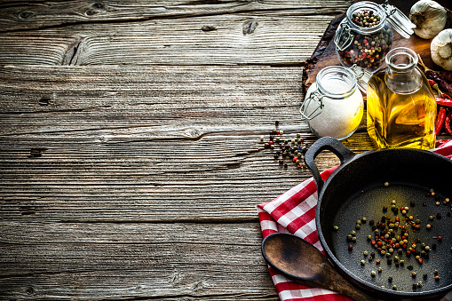 Cast Iron「Cooking backgrounds: cooking ingredients and utensils on rustic wooden table with copy space」:スマホ壁紙(6)