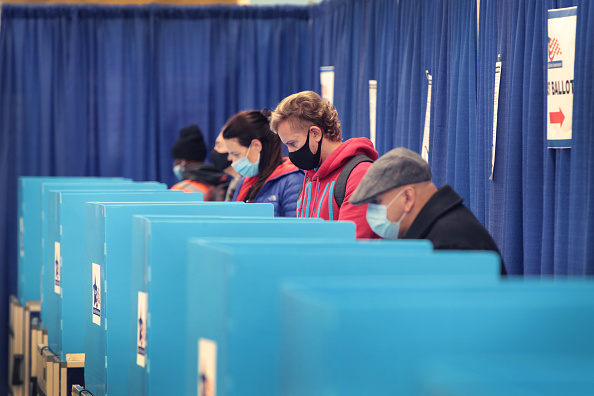 Illinois「Illinois Residents Take Advantage Of Early Voting In Chicago」:写真・画像(9)[壁紙.com]