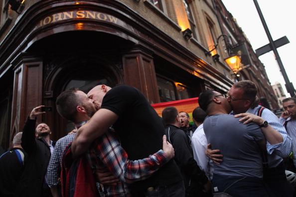 ホモフォビア「Protestors Take Part In A Group Kiss Outside A Pub After A Gay Couple Were Ejected」:写真・画像(6)[壁紙.com]