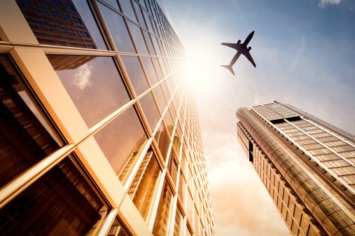 フランクフルト・アム・マイン「超高層ビルで、飛行機のシルエット」:スマホ壁紙(18)