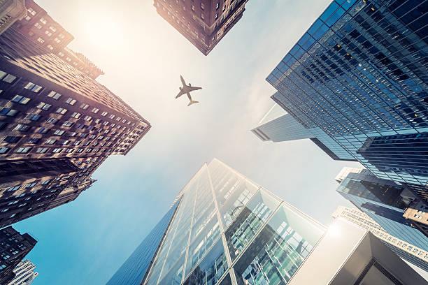 超高層ビルで、飛行機のシルエット:スマホ壁紙(壁紙.com)