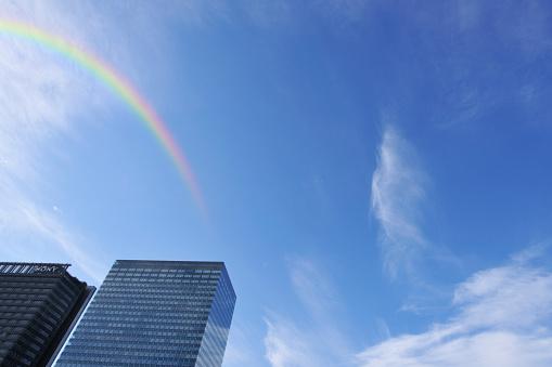虹「Skyscraper and rainbow, Shinagawa Ward, Tokyo Prefecture, Honshu, Japan」:スマホ壁紙(3)
