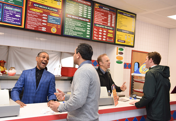 Fast Food「AMC's Better Call Saul Los Pollos Hermanos Pop-Up shop with Bob Odenkirk and Giancarlo Esposito」:写真・画像(15)[壁紙.com]