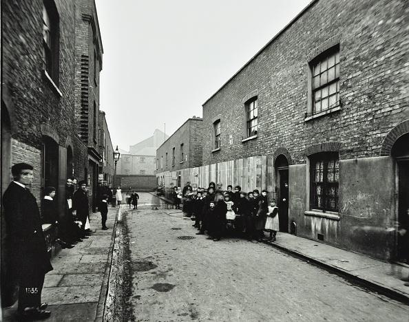 Slum「People Outside Boarded-Up Houses In Ainstey Street, Bermondsey, London, 1903」:写真・画像(13)[壁紙.com]
