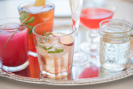 Cocktail「Cocktails in glasses on tray」:スマホ壁紙(10)