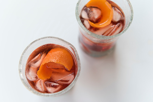逸楽「Cocktails in glasses on white background」:スマホ壁紙(6)