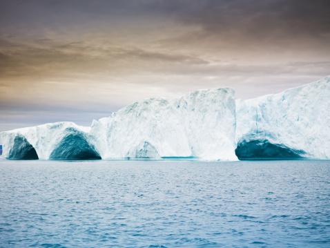 北極「Ice アーチの氷山グリーンランド夕暮れの風景」:スマホ壁紙(0)