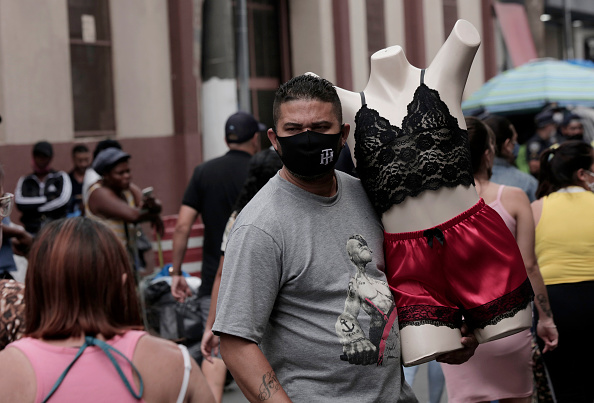 Infectious Disease「Christmas Shopping at Popular Streets in Sao Paulo Amidst the Coronavirus (COVID-19) Pandemic」:写真・画像(19)[壁紙.com]