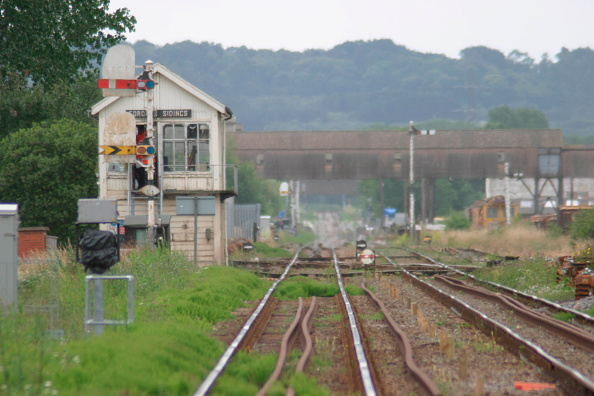 Railroad Track「Forders sidings on the Bedford to Bletchley line showing signal box and semaphore signals. June 2004」:写真・画像(16)[壁紙.com]