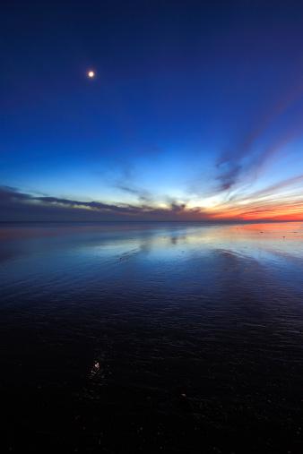 月「Dusk over Littlehampton beach」:スマホ壁紙(15)