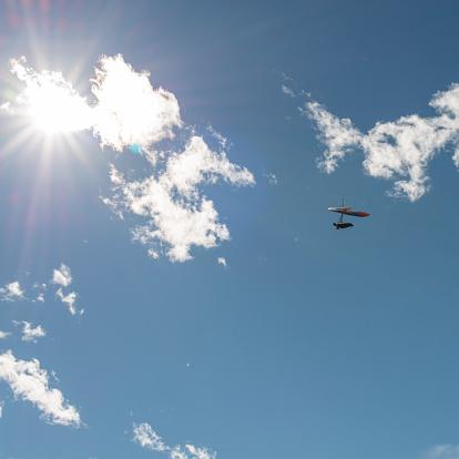 Parasailing「Distant person hang glides thru clouds toward sun」:スマホ壁紙(18)