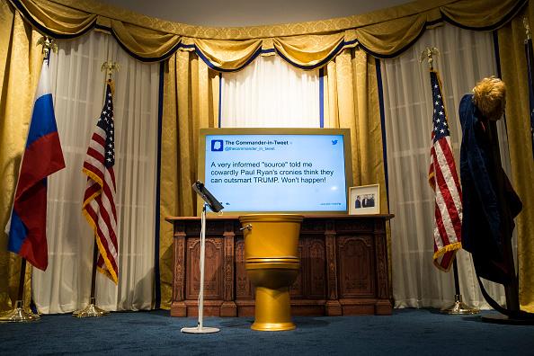 座る「Parody Trump Presidential Library Opens In Midtown Manhattan」:写真・画像(14)[壁紙.com]