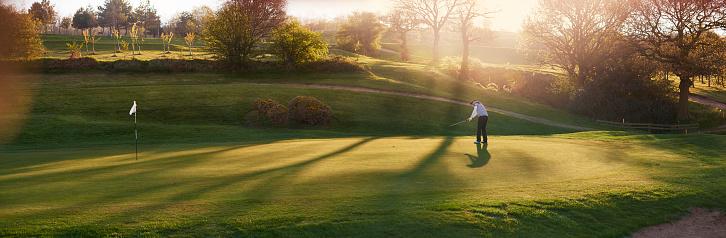 夕日「バックライトゴルフコースで、ゴルフの練習用グリーン」:スマホ壁紙(12)