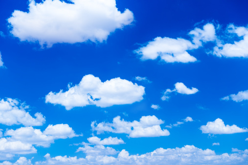 積雲「fluffy white clouds in a blue sky」:スマホ壁紙(10)