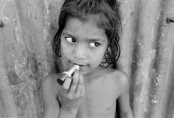 子供「Young girl applying lipstick, Kolkata (Calcutta), India」:写真・画像(0)[壁紙.com]