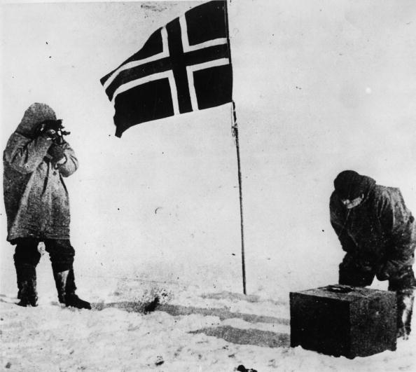 US State Flag「On December 14th the arctic explorer Ronald Amundsen was the first, who reached during his antarctic expedition 1910-1912 the South Pole . A historical picture: Amundsen runs up a flag. Photograph.」:写真・画像(11)[壁紙.com]