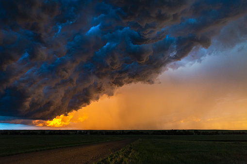 Thunderstorm「Dark, turbulent, stormy sky at sunset in South Dakota」:スマホ壁紙(7)