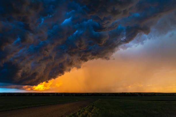 Dark, turbulent, stormy sky at sunset in South Dakota:スマホ壁紙(壁紙.com)