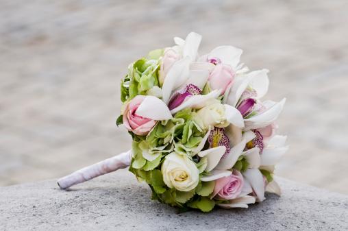 Arrangement「Wedding Bouquet laying on stone block」:スマホ壁紙(19)