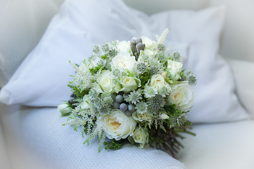 結婚「Wedding bouquet on a sofa」:スマホ壁紙(17)