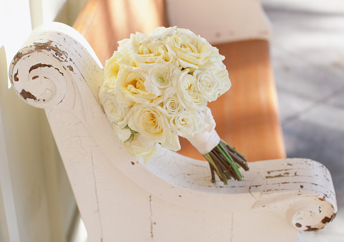 結婚「Wedding bouquet on a wooden bench」:スマホ壁紙(12)