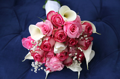 Rose - Flower「Wedding bouquet of pink and red roses, blue background」:スマホ壁紙(13)