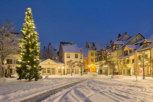 深い雪「Germany, Meersburg, Christmas tree at the snow covered Schlossplatz」:スマホ壁紙(15)