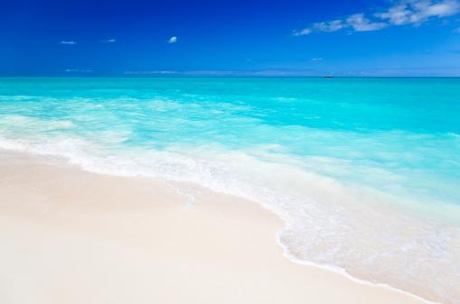 アンティグアバーブーダ「すっきりしたホワイトのカリブ海のビーチ、ブルースカイ」:スマホ壁紙(11)
