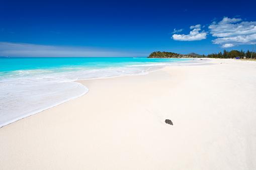 波「すっきりしたホワイトのカリブ海のビーチ、ブルースカイ」:スマホ壁紙(2)