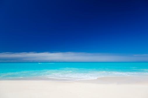 リーワード諸島 アンティグア「すっきりしたホワイトのカリブ海のビーチ、ブルースカイ」:スマホ壁紙(9)