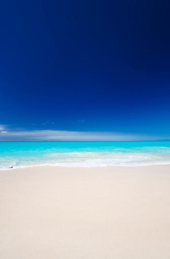リーワード諸島 アンティグア「すっきりしたホワイトのカリブ海のビーチ、ブルースカイ」:スマホ壁紙(3)