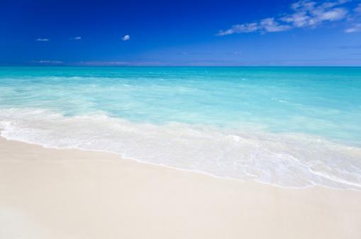 南国「すっきりしたホワイトのカリブ海のビーチ、ブルースカイ」:スマホ壁紙(1)