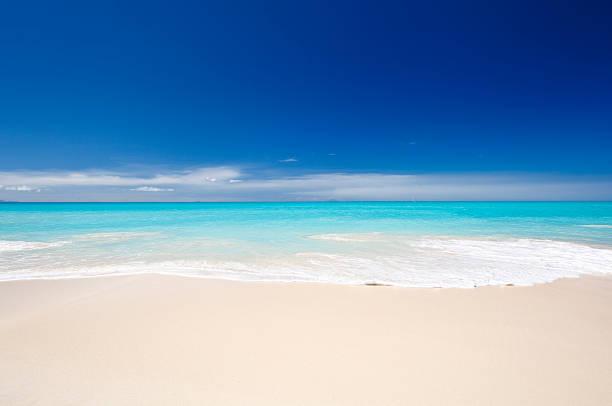 すっきりしたホワイトのカリブ海のビーチ、ブルースカイ:スマホ壁紙(壁紙.com)