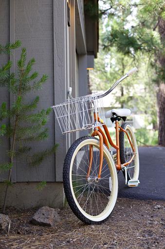Pine Woodland「Bicycle leaning on corner of house」:スマホ壁紙(19)