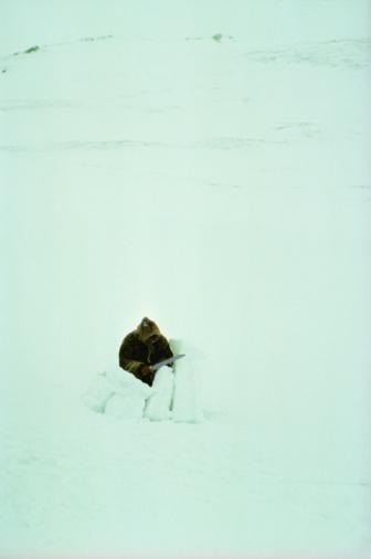 Igloo「Eskimo building igloo」:スマホ壁紙(6)