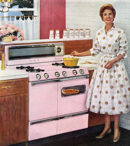 1950-1959「Housewife With Pink Range Oven」:写真・画像(0)[壁紙.com]