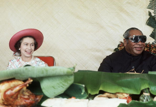 Eating「TON: Queen Elizabeth II with the King of Tonga」:写真・画像(5)[壁紙.com]