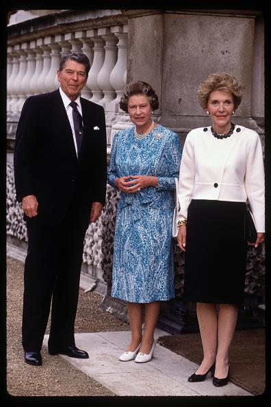 Full Length「Queen Elizabeth II presents US President Ronald Reagan with an honoury Knighthood」:写真・画像(15)[壁紙.com]