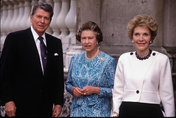 US President「Queen Elizabeth II presents US President Ronald Reagan with an honoury Knighthood」:写真・画像(1)[壁紙.com]