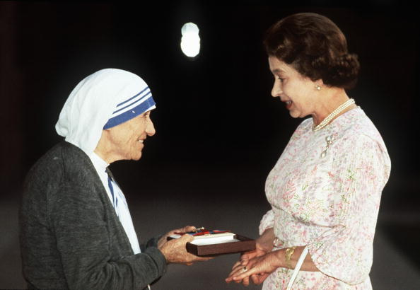 Delhi「IND: Queen Elizabeth II presents the Order of Merit to Mother Teresa」:写真・画像(5)[壁紙.com]