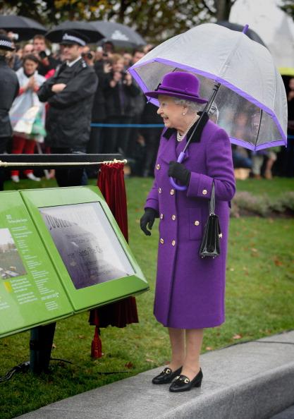 Umbrella「Queen Elizabeth II And The Duke Of Edinburgh Open The Newly Developed Jubilee Gardens」:写真・画像(9)[壁紙.com]