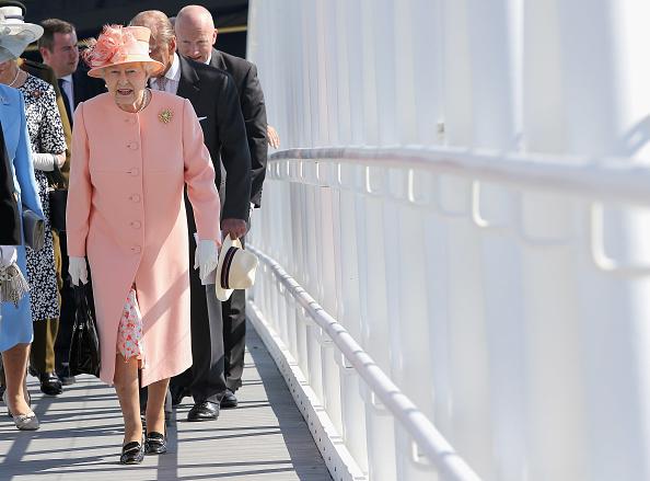 全身「Queen Elizabeth II Visits The Isle Of Wight And New Forest」:写真・画像(3)[壁紙.com]