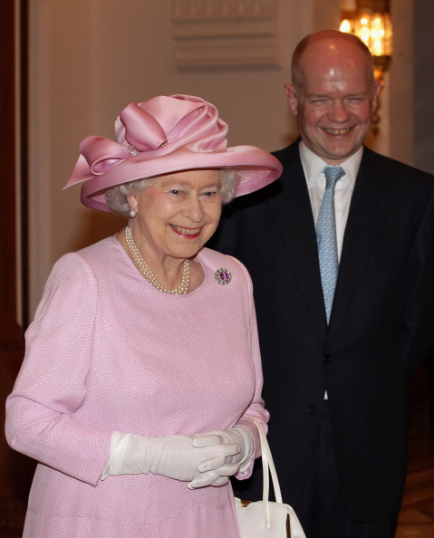 Two People「Queen Elizabeth II And Prince Philip Visit Visit Oman - Day 1」:写真・画像(5)[壁紙.com]