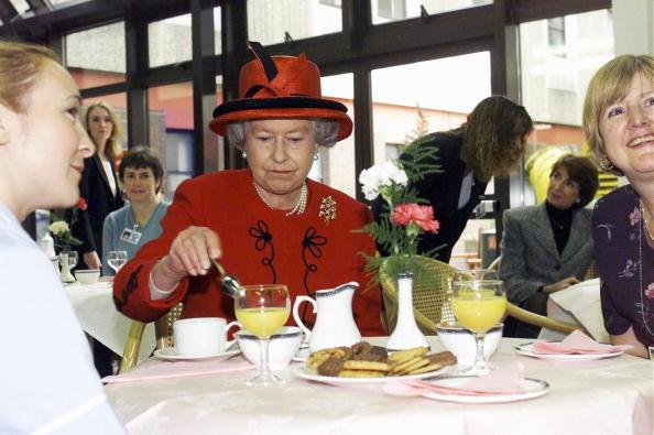 Eating「GBR: Queen Elizabeth II visits Manchester Royal Infirmary」:写真・画像(0)[壁紙.com]
